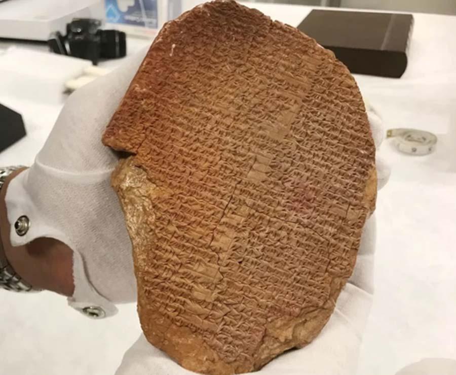 Una tableta cuneiforme que contiene parte de la epopeya de Gilgamesh fue incautada del Museo de la Biblia de Hobby Lobby en 2019 por agentes federales. Fuente: Immigration and Customs Enforcement