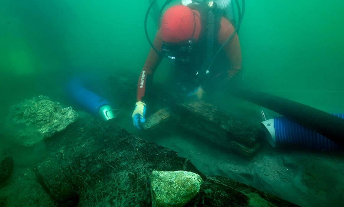 Un arqueólogo inspecciona la quilla de un naufragio descubierto en las aguas alrededor de la ciudad portuaria hundida de Thonis-Heracleion, donde los arqueólogos marinos encontraron un nuevo barco egipcio. Fuente: Christoph Gerigk / Franck Goddio / Hilti Foundation.