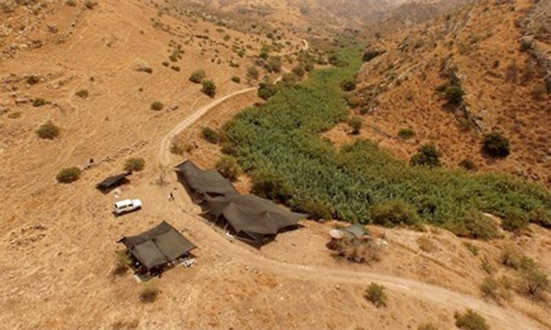 Portada-Izquierda; Excavaciones en el yacimiento arqueológico NEG II situado en el valle del Jordán (Fotografía: Dra. Leore Grosman); Derecha: yacimiento arqueológico del norte de Jerusalén. (Assaf Peretz, Autoridad de Antigüedades de Israel)