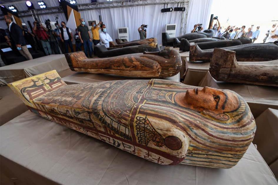 Algunas de las nuevas momias y ataúdes egipcios perfectamente conservados que se han encontrado recientemente en el área de Saqqara, al sur de El Cairo.
