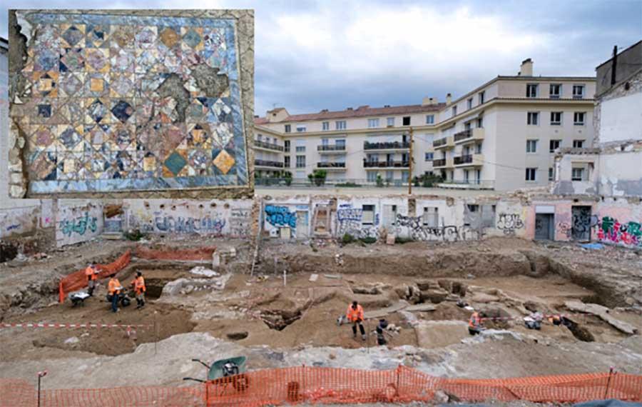 La excavación en el centro de Nimes donde se descubrieron recientemente las dos opulentas casas adosadas de domus romanas. Recuadro, cerca del mosaico.