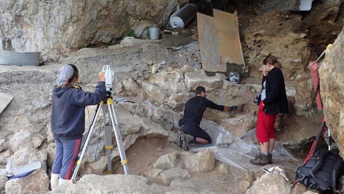 La excavación de depósitos arqueológicos en la cueva Chagyrskaya indica que los neandertales nómadas de larga distancia viajaron desde Europa. Fuente: Richard Roberts / PNAS