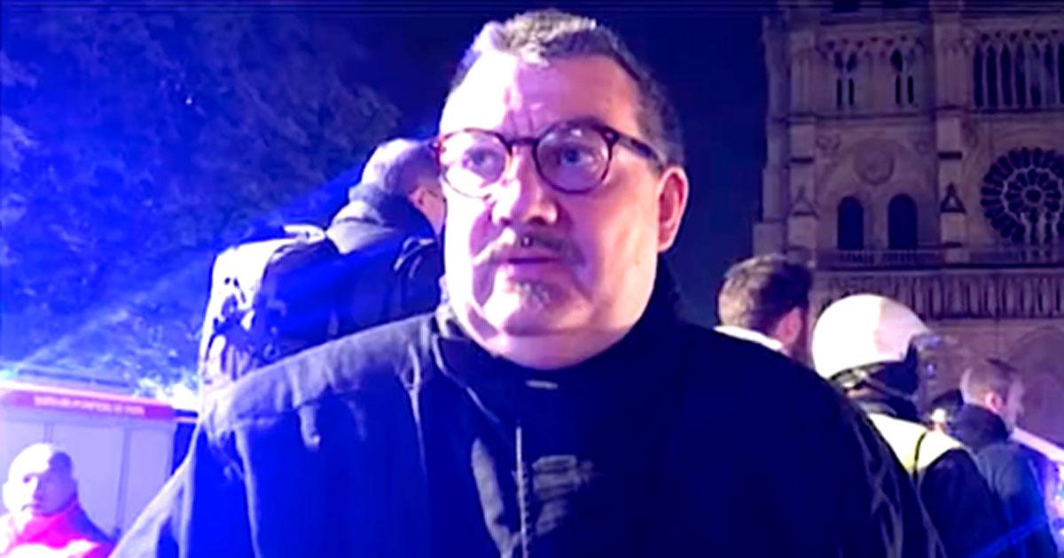 Jean-Marc Fournier es capellán del Cuerpo de Bomberos de París. Fuente: Captura de pantalla de YouTube.