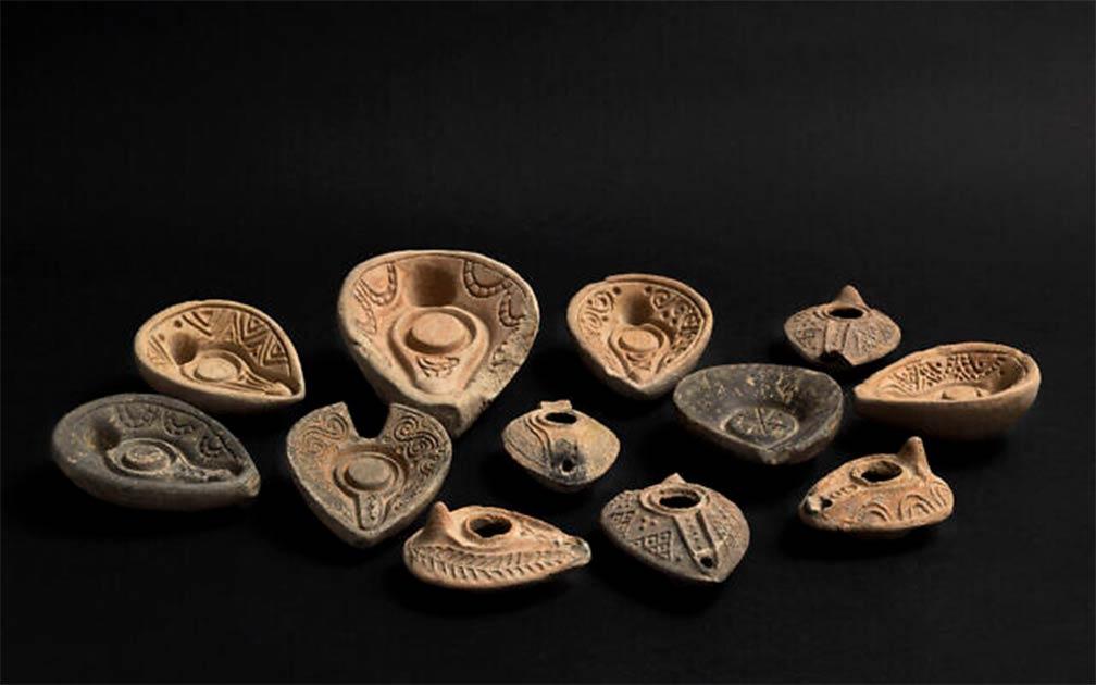 Los arqueólogos han desenterrado un taller de cerámica en la ciudad de Beit Shemesh, que contiene cientos de lámparas de aceite de cerámica sin usar y bellamente conservadas, junto con los moldes de lámpara de piedra que se usaron para hacerlas.