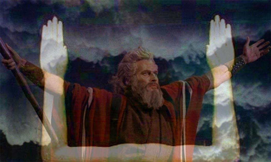 """Charlton Heston como Moisés en """"Los Diez Mandamientos"""" (1956), levantando los brazos mientras separa las aguas del Mar Rojo en una pose clásica de magos y sacerdotes egipcios. (Dominio público) Los brazos levantados que simbolizaban la magia en una estatua Ka de madera bien conservada del faraón Hor I, XIII dinastía, 1777-1775 a.C. (Jon Bodsworth) (Deriv.)"""