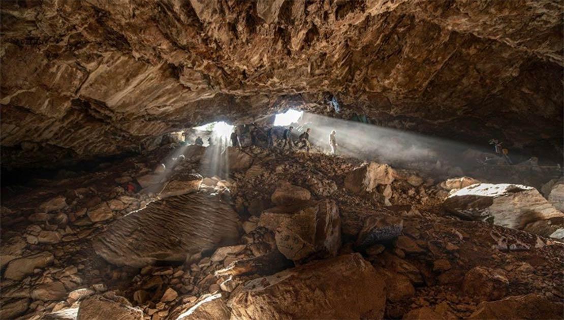 Miembros del equipo que ingresan a la cueva Chiquihuite, un sitio clave en la investigación de la población de las Américas. Fuente: Devlin A. Gandy
