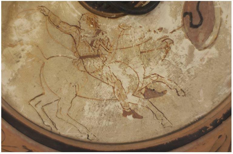 La urna de hace 2.500 años con la pintura de una amazona. Imagen cedida por: Museo y Casas Históricas de la Universidad de Mississippi, Colección Memorial David M. Robinson.