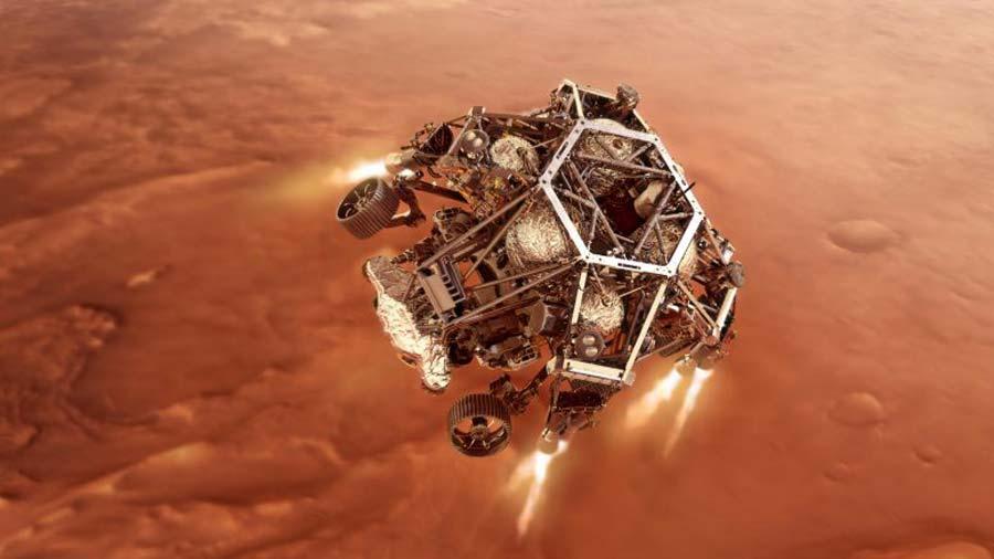 Ilustración del rover Perseverance de la NASA encendiendo sus motores de descenso cuando se acerca a la superficie del planeta Marte.