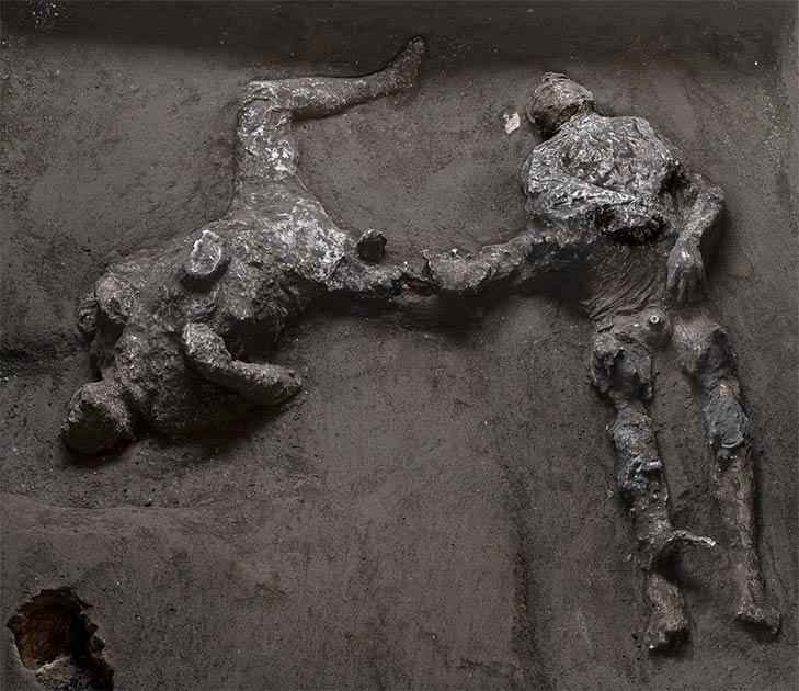 Los moldes de dos hombres, que se cree que son un amo y su joven esclavo, han sido desenterrados en la excavación de una villa en las afueras de Pompeya.