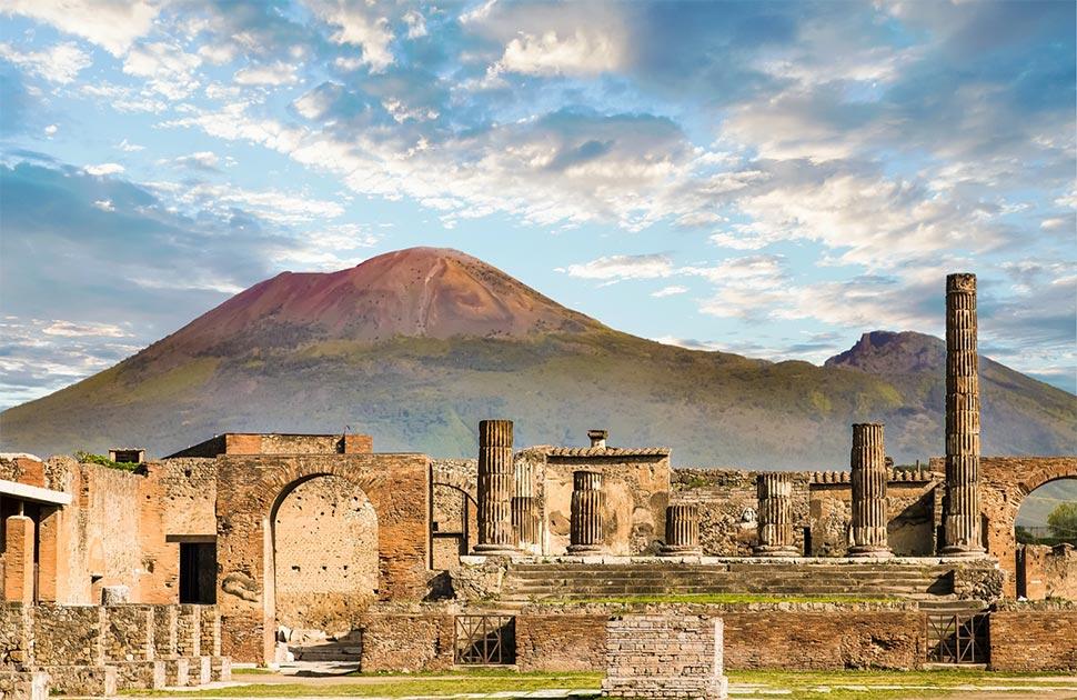 """Los arqueólogos han descubierto """"sitios de reciclaje"""" fuera de los muros de la antigua Pompeya, mostrando a los pompeyanos una vez que reciclaron la basura de una manera muy efectiva. En la foto: foto de las ruinas con el Monte Vesubio al fondo. Fuente: dbvirago/ Adobe stock"""