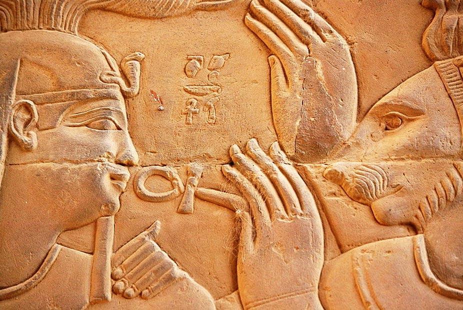 Relieve tallado de piedra que representa a Ptolomeo XIII de Egipto y a la deidad Isis.