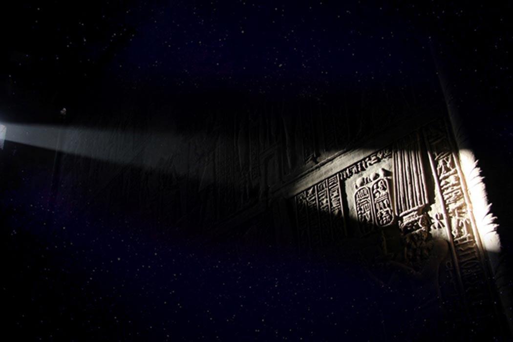 Deriv; Dentro del templo Edfu, (CC BY-SA 2.0) y estrellas (CC BY 2.0)
