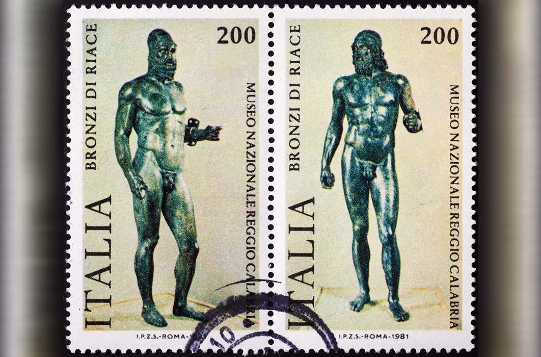 Los guerreros Riace en dos sellos postales italianos separados, emitidos en 1981 d.C.