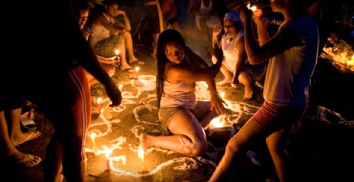 Ceremonia en el culto a la diosa venezolana María Lionza. Los rituales de autolesión se practican en este culto. Fuente: EJ George / YouTube Screenshot