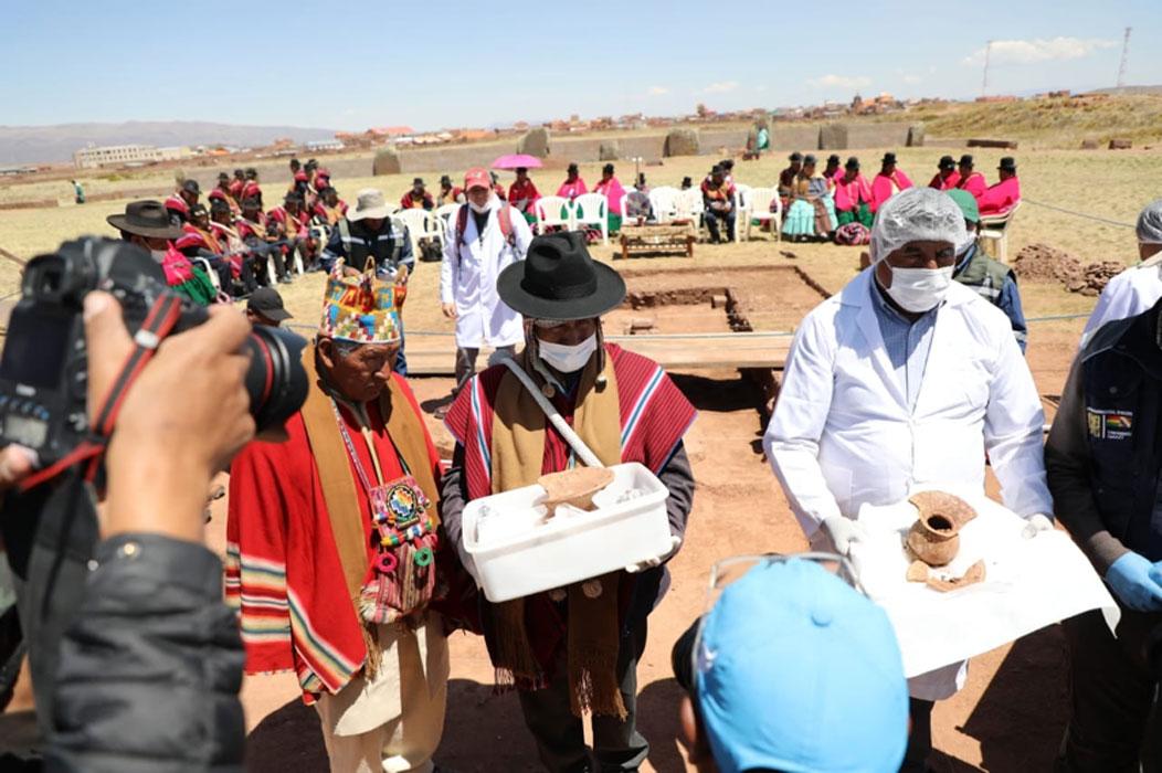 El aymara local celebró un ritual antes de retirar los vasos. Fuente: Ministerio de Culturas y Turismo de Bolivia / Facebook