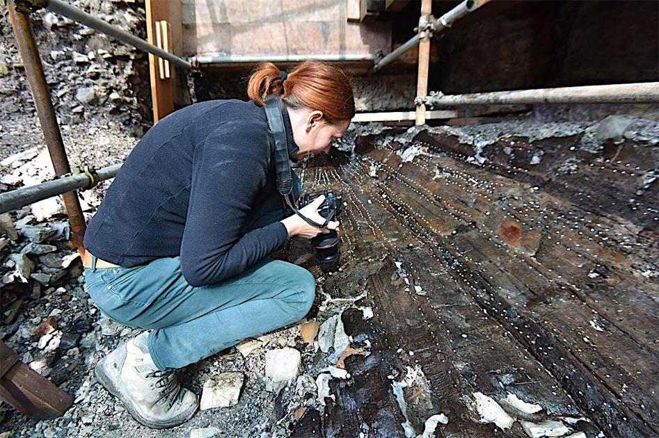 El naufragio romano excavado en Porta de Mar, Poreč en Dalmacia, Croacia, junto con uno de los arqueólogos que inspeccionan el hallazgo. Fuente: Grad Poreč