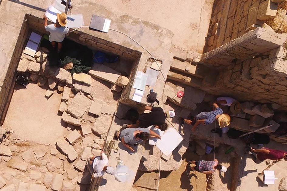Estudiantes en el sitio durante los trabajos de excavación en Tas-Silġ, Malta