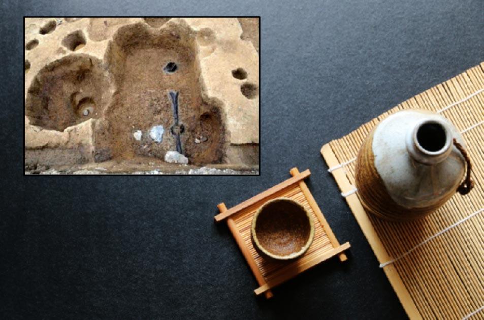 Principal: sake japonés tradicional. Crédito: kathayut/ Adobe Stock Recuadro: restos de una cervecería de sake que data del período Muromachi en Kyoto Fuente: Kokusai Bunkazai Co.