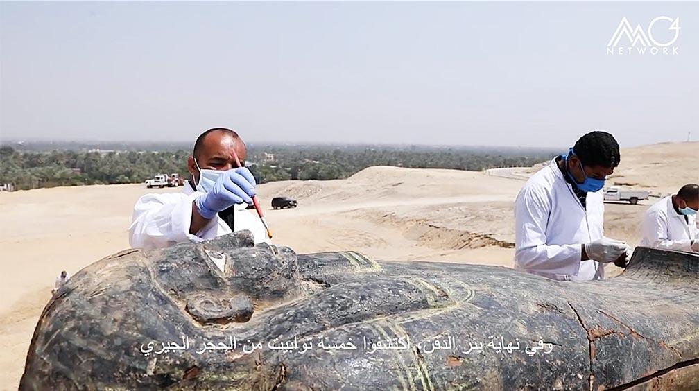 Arqueólogos que investigan uno de los antiguos sarcófagos egipcios desenterrados en el sitio arqueológico de Saqqara. Fuente: Ministerio de Turismo y Antigüedades de Egipto.