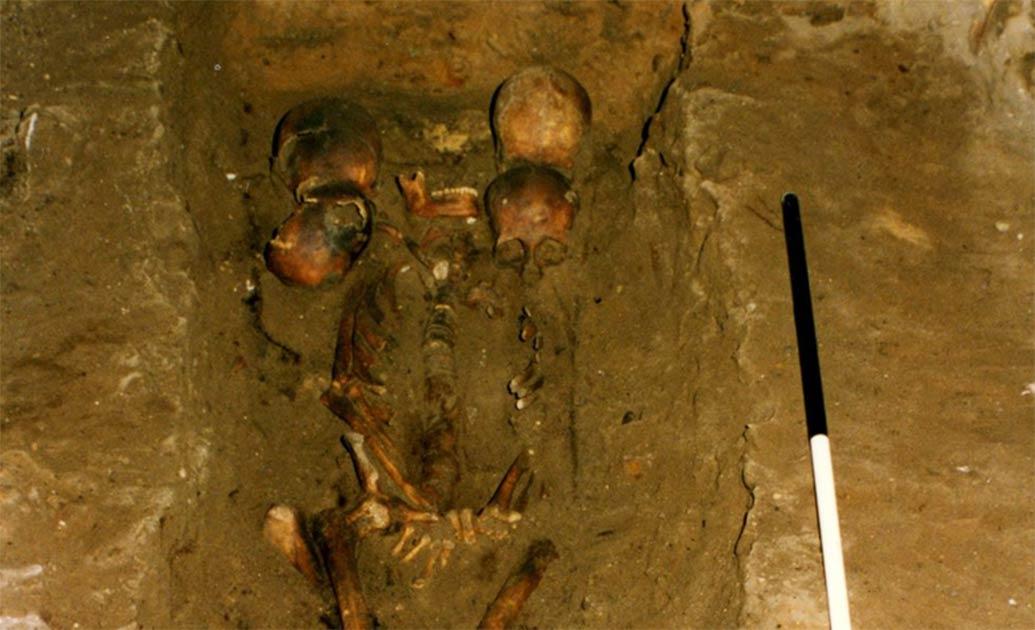 el jefe de seis cabezas fue descubierto dentro de un entierro escocés medieval.