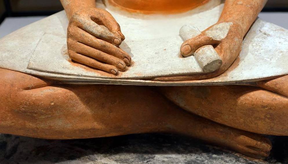 Detalle de una escultura de Escriba sentado. Tres letras egipcias antiguas revelan la complejidad de las amistades en el pasado.