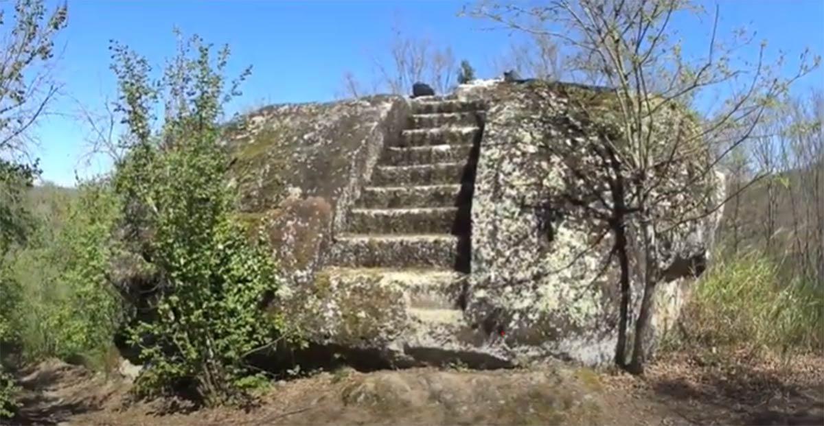Pasos que conducen a un altar de roca etrusco. (Mundo Analogico / Captura de pantalla de YouTube)