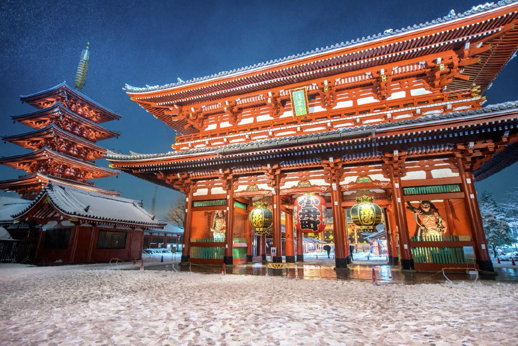 tormenta de nieve intensa en Tokio - Templo Sensoji en Asakusa, Japón. Fuente: martinhosmat083 / Adobe Stock