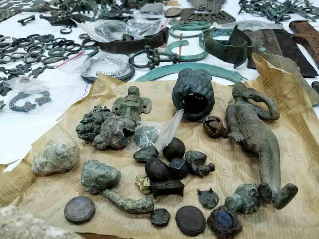 Más de 2000 artefactos serbios, que se dice que son de gran valor histórico y arqueológico, fueron incautados de un camión por un funcionario de aduanas serbio.
