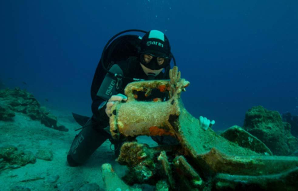 Anclaje de pilar grande y ánfora encontrada en el fondo del mar frente a la isla de Levitha en un naufragio. Fuente: Ministerio Helénico de Cultura y Deportes.