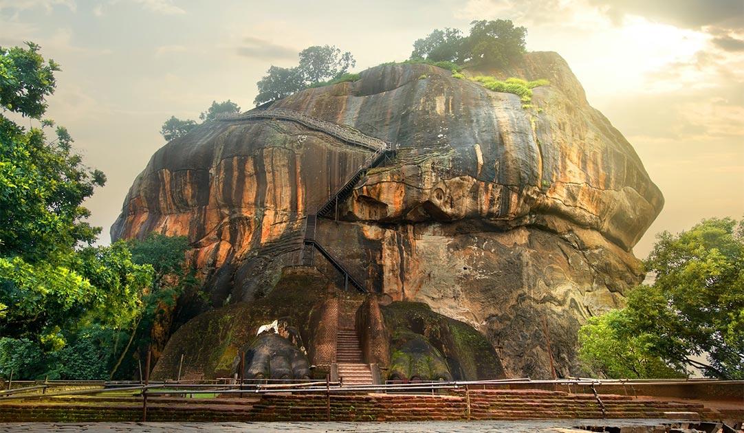Pájaro volando sobre Sigiriya / Lion Rock en Sri Lanka. Fuente: Givaga / Adobe stock