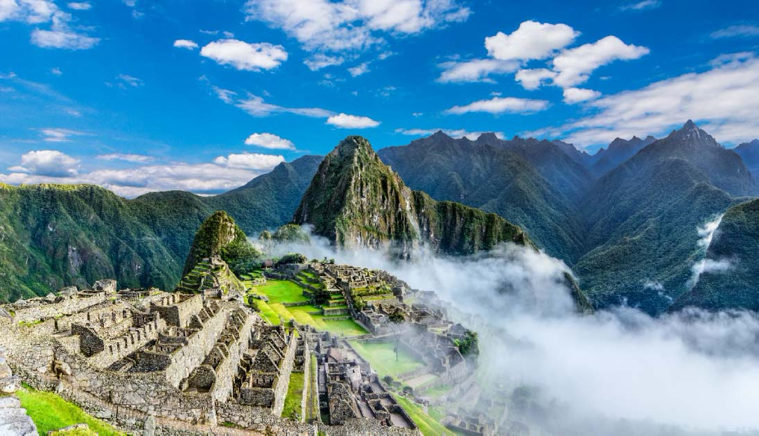 Descripción general de Machu Picchu, terrazas agrícolas y el pico Huayna Picchu en el fondo Fuente: davidionut/ Adobe stock