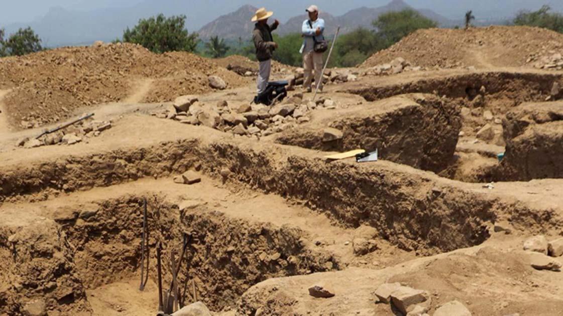 Parte del sitio de excavación del templo megalítico en Huaca el Toro en Perú. Fuente: EFE