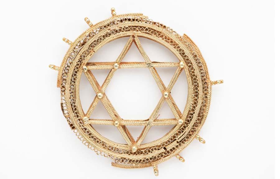 Un colgante de oro extremadamente fino de la Estrella de David que resalta la soberbia artesanía de las joyas contenidas en la colección Amarguilla.
