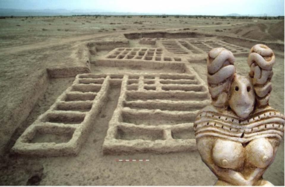 Ruinas de Mehrgarh. (M. Thoury et al./ CC BY 4.0) Insertar: Detalle de una figura femenina hecha de terracota de Mehrgarh, alrededor del año 3000 AC. (Denis Biette / CC BY SA 1.0)