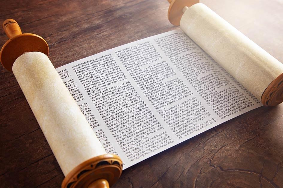 El Sefer Torá, o rollo de la Torá, es una copia manuscrita del Pentateuco de la Torá, que se utiliza para las lecturas rituales de la Torá, conocida como parashá