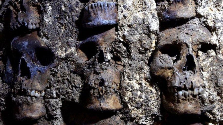 Detalle de cráneos en el tzompantli (estante de cráneos) encontrado debajo de la Ciudad de México