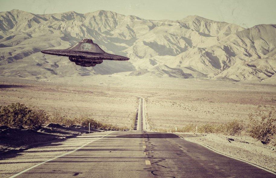 Un ovni sobrevolando el desierto de Nuevo México. El diario secreto de Roswell puede proporcionar nueva información sobre lo que realmente sucedió en Roswell en 1947 d.C. (aleciccotelli / Adobe Stock)