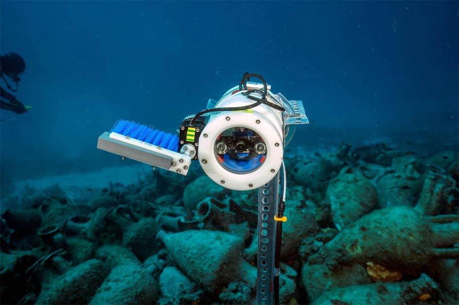 Un primer plano de una de las cámaras de robot de IA bajo el agua en el lugar del naufragio en el Mar Egeo, Grecia