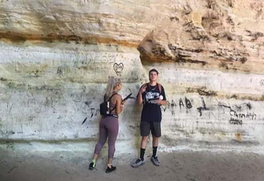 Imágenes publicadas en línea de los vándalos que dañaron la caverna del Consejo Overhang en Starved Rock Park en Illinois durante el feriado del Día del Trabajo. Fuente: Daily Mail / Fair Use.