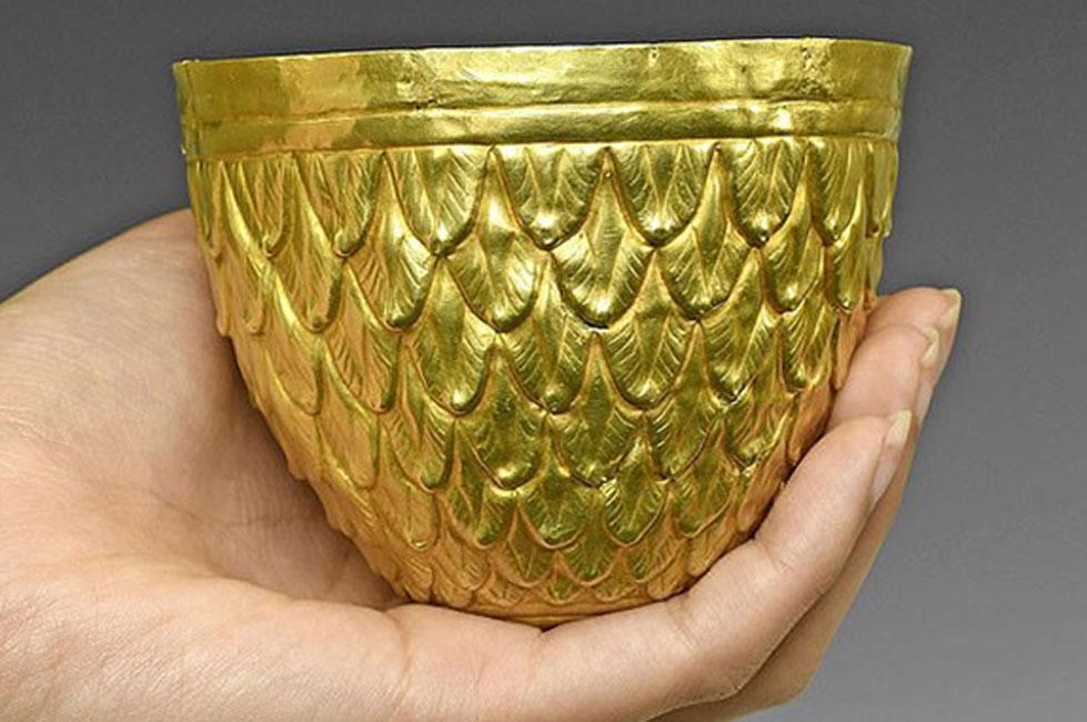 El vaso ritual de oro escita de 3000 años está en acción. Fuente: Cronología / Fair Use.