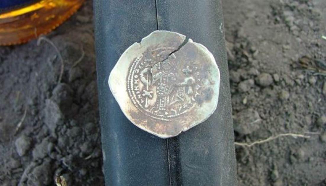 Una de las monedas vikingas rusas encontradas en Irlanda.