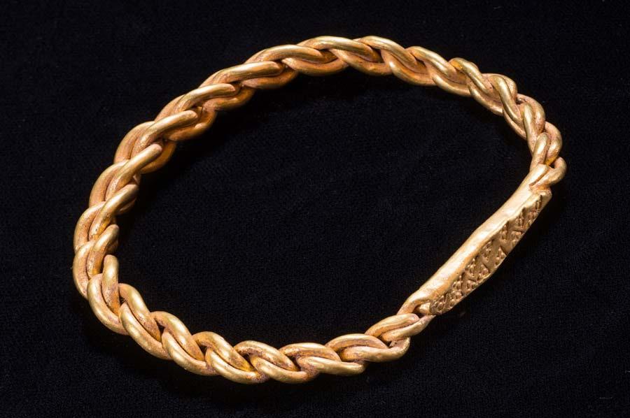 El tesoro vikingo incluía un anillo de oro en el brazo encontrado por la detectora de metales Kath Giles.