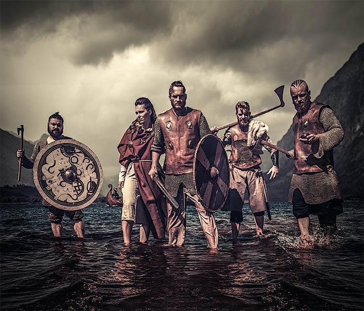 Sobre todo, los vikingos fueron recordados por su destreza en la batalla y como guerreros feroces. ¿Pero cómo lo lograron? Exploremos las icónicas y brutales armas y armaduras vikingas para descubrir exactamente eso. Fuente: Nejron Photo / Adobe stock