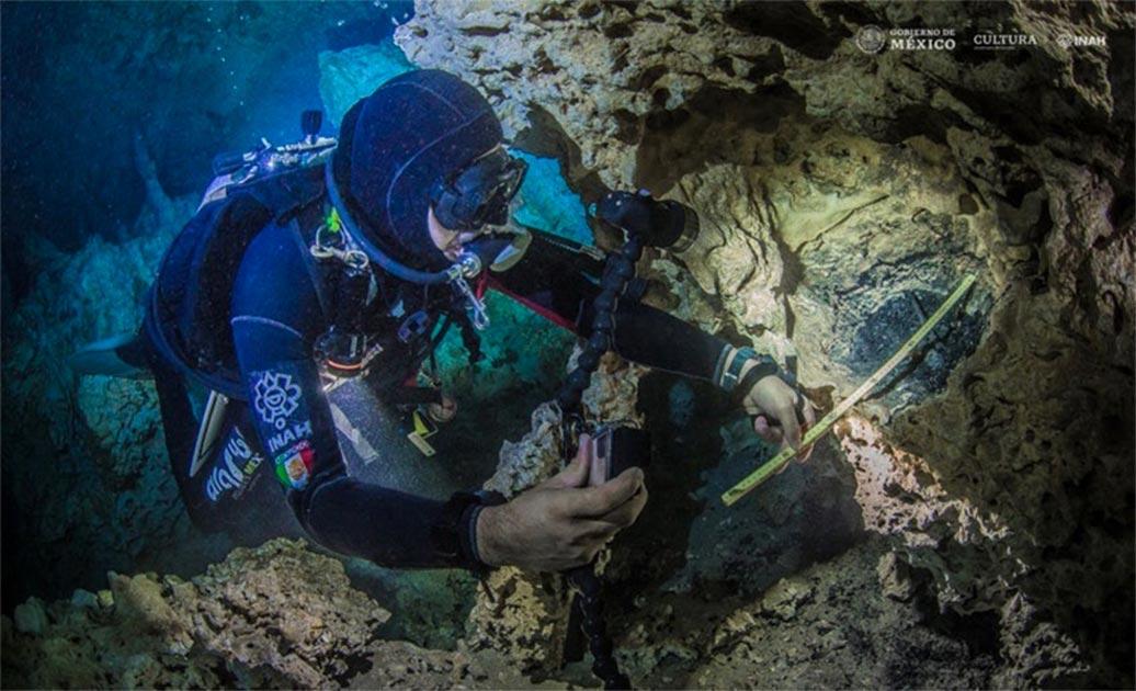 Octavio del Río grabando una de las hogueras en el cenote de Yucatán, Aktun Ha. Fuente: Krzysztof Starnawski / INAH