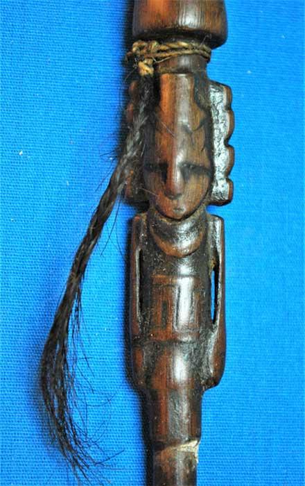 Figura intrincadamente tallada en un delicado tubo de aspiración. (José Capriles et al, Estado de Penn)