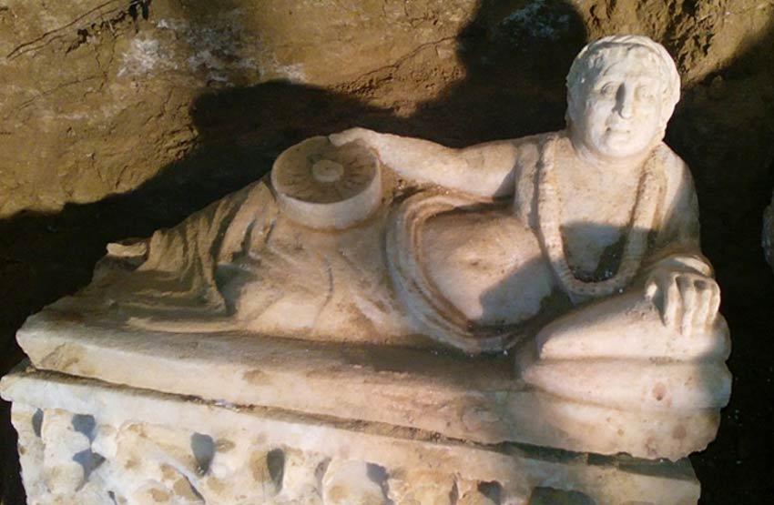 Figura reclinada esculpida en la tapa de uno de los sarcófagos. Fotografía: Soprintendenza Archeologia Dell'Umbria