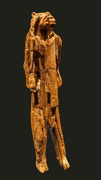 """""""La figurilla de Löwenmensch, encontrada en la cueva Hohlenstein-Stadel de Suabia de Alemania y fechada en 40,000 años, está asociada con la cultura aurignaciana y es la figurilla animal antropomórfica más antigua conocida en el mundo"""". (Dagmar Hollmann / CC BY SA 4.0)"""