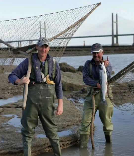 Algunos de los pescadores del grupo Black Rock Lave Native, que desenterraron la canasta de pesca medieval en el estuario del Severn. (Black Rock Lave Heritage Fishery)