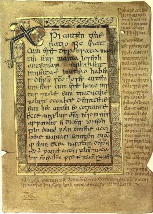 El folio 5r contiene el texto del Evangelio de Mateo desde el 1:18 hasta el 1:21. Tenga en cuenta el monograma de Chi Rho en la esquina superior izquierda. Los márgenes contienen texto en gaélico. (Dominio público)
