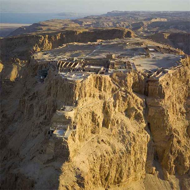 La fortaleza del desierto de Masada, la ubicación del sitio de Masada donde luchó el soldado romano Cayo Messio, como se ve desde el aire. (Andrew Shiva / CC BY-SA 3.0)